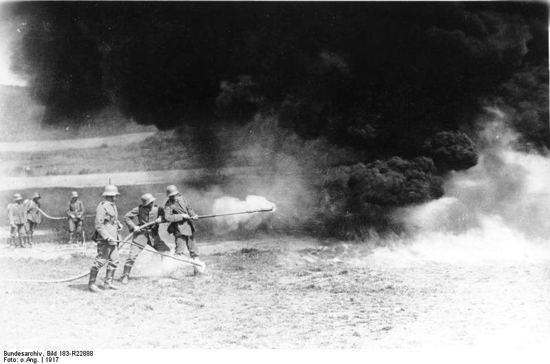 第一次世界大戦時の西部戦線で火炎放射器を使用するドイツ兵