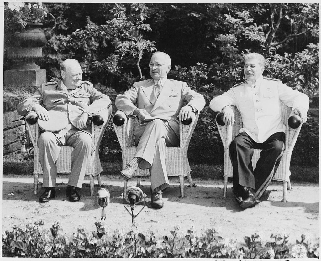 ポツダムに集まった3ヶ国首脳。左からチャーチル英首相、トルーマン米大統領、スターリンソ連首相。(1945年7月25日)