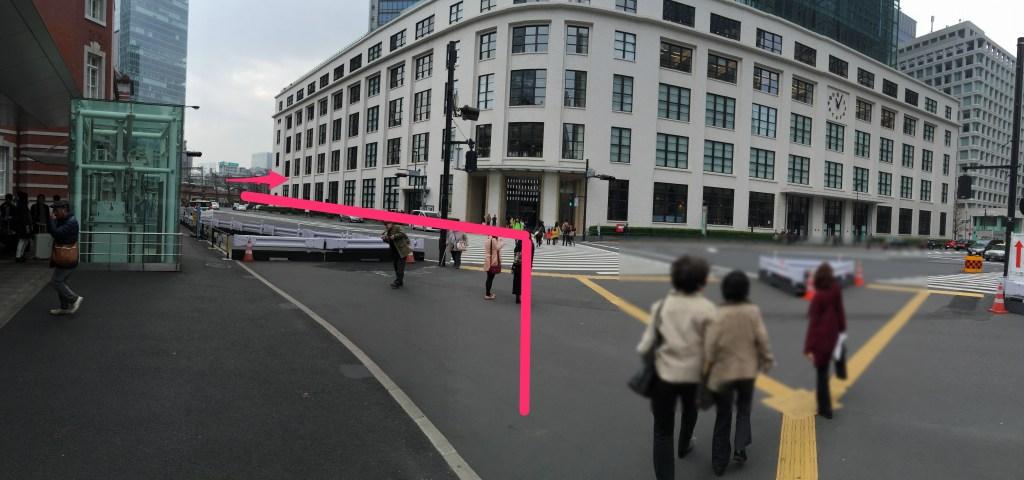 横断歩道を渡り、東京中央郵便局を右手に見て進み、突き当たりを右へ曲がります。