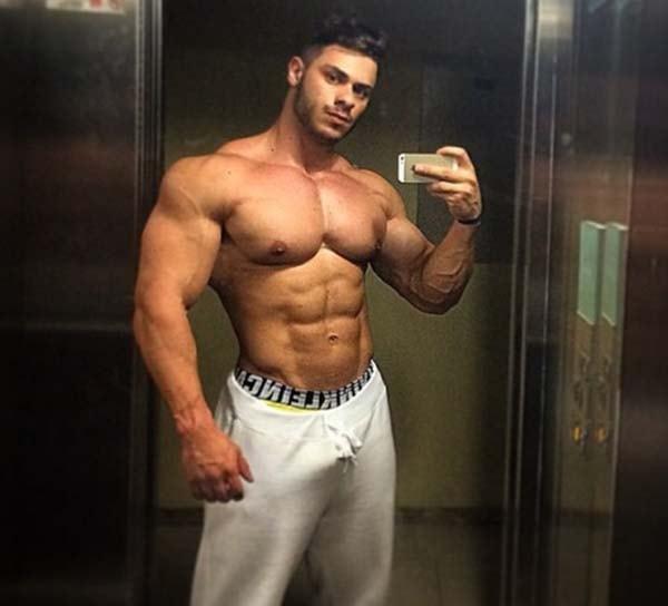 musculoso fazendo selfie banheiro academia