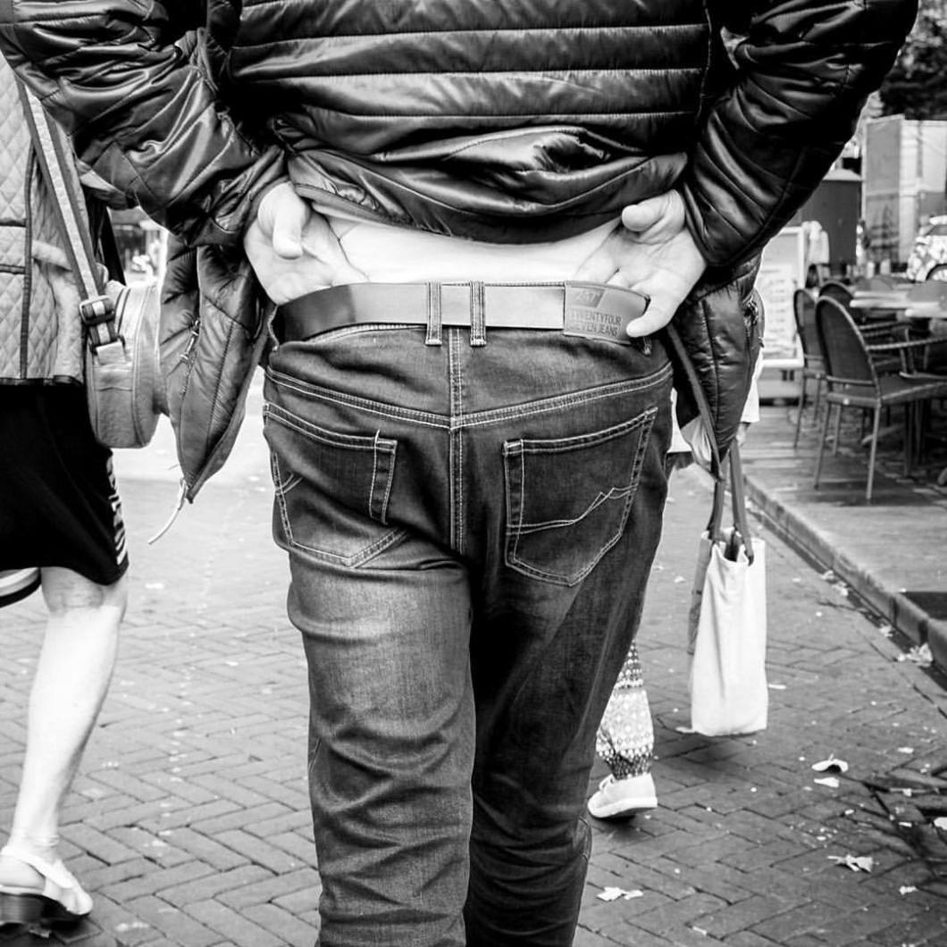 Catwalk. Enschede, 2017..#photooftheday #onephotoaday #photography #fujix100t #blackandwhite #blackandwhitephotography #bwphotography #swfotografie #blackandwhitephoto #streetphotography #reportage #streetart #people #enschede #nederland #holland #netherlands #enschede #man #walking #back #catwalk #ass #peoplephotography (hier: Enschede, Netherlands)