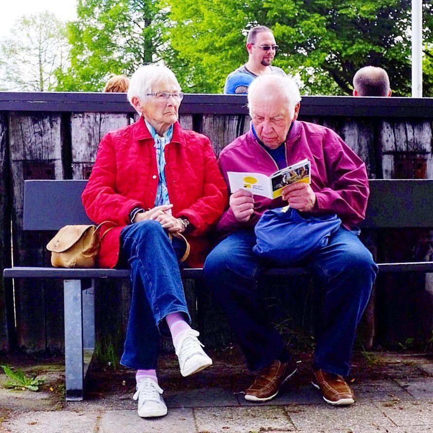 """""""Ich bring' ihn um. Irgendwann bring' ich ihn um."""" Loriot. #photooftheday #onephotoaday #photography #fujix100t #colorphotography #streetart #streetlife #streetstyle #streetphotography #people #peoplephotography #portrait #couple #oldcouple #alteliebe #badmood #rentner (hier: Bad Zwischenahn)"""