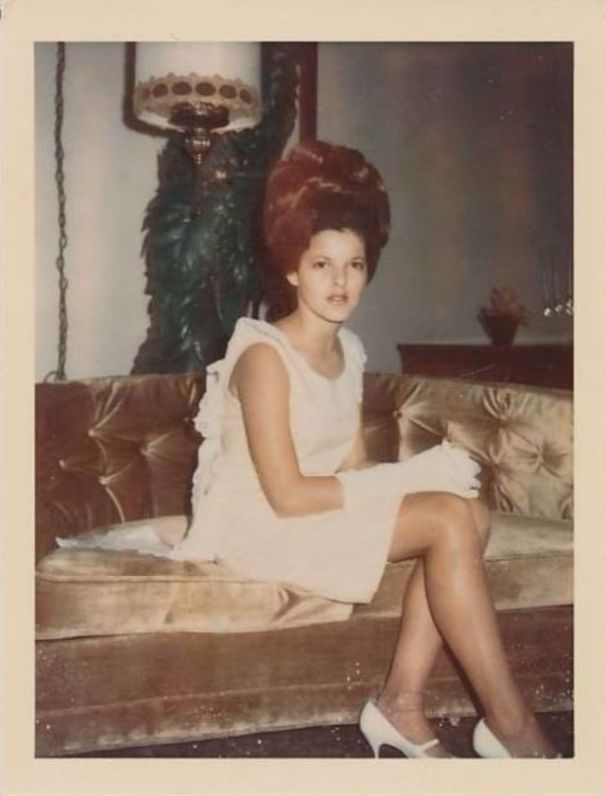 98d605ebcf 35 interesting vintage snapshots of 1960s women with bouffant ...