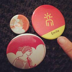 On a fait les badges de notre équipe! 2e jour sur 3 de folie! Avec Julia (Natashaaaa) à #museomix #vieuxlaromaine #aregenua @museomix #musee #graphicdesign #logo #parapluie #caen #graphisme #archeology #ohmygodthisissogreat