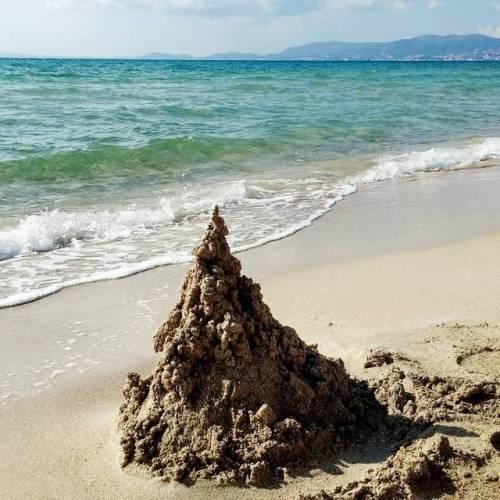 Mi estalagmita / castillo modernista en el Mediterráneo. (en...