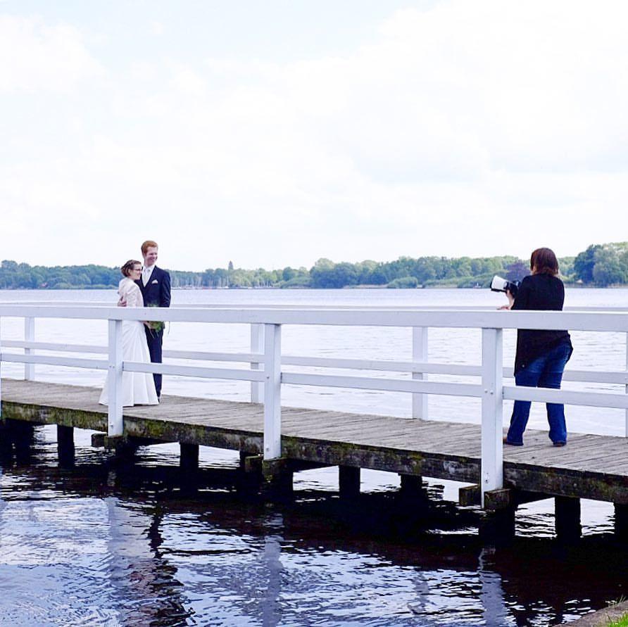 Mal nur Zuschauer.#photooftheday #onephotoaday #photography #colorphotography #fujix100t #wedding #weddingphotography #photographerlife #badzwischenahn #see #steg #brautpaar #bride #shooting #streetphotography (hier: Bad Zwischenahn)