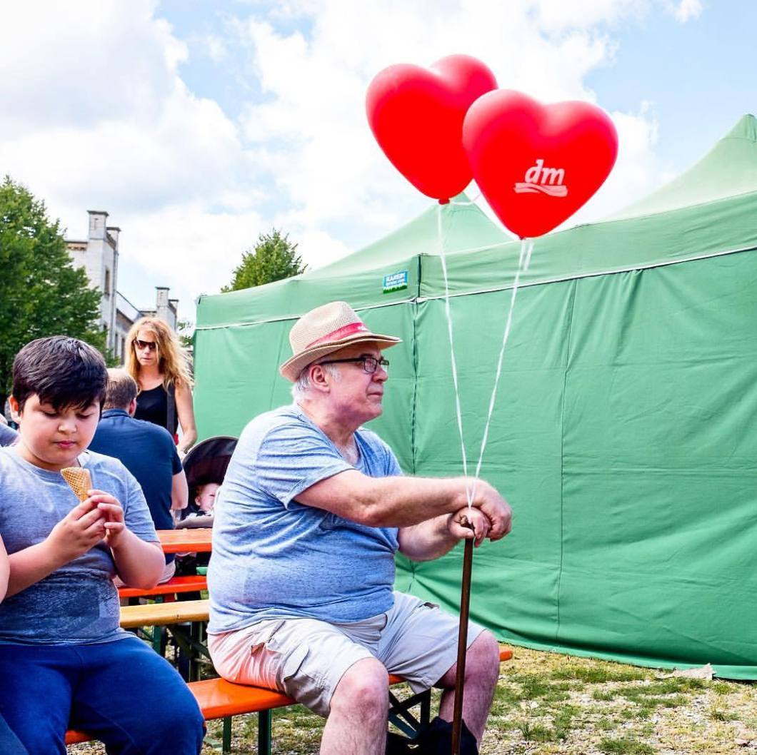 Wackelpeter, Ravensberger Park Bielefeld 2017..#photooftheday #onephotoaday #photography #fujix100t #colorphotography #people #peoplephotography #portrait #portraitphotography #streetart #streetstyle #streetphotography #red #balloons #oldpeople #grandfather #oldguy #senior #droetker #wackelpeter #bielefeld #ravensbergerpark (hier: Ravensberger Park)