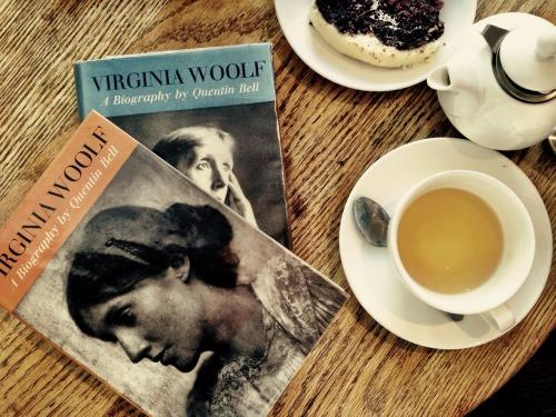 """livrosecha: """" Biografia da Virginia Woolf escrita pelo sobrinho. Encontrei ontem, perdida num sebo em Camden Town. """""""