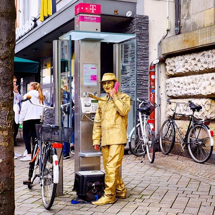 Golden Telephone Man, Oldenburg 2017.#photooftheday #onephotoaday #photography #fujix100t #colorphotography #people #social #portrait #peoplephotography #socialphotography #portraitphotography #streetphotography #streetlife #streetstyle #reportage #reportagephotography #gold #telephone #telefonzelle #goldenman #strassenkunst (hier: Oldenburg, Germany)