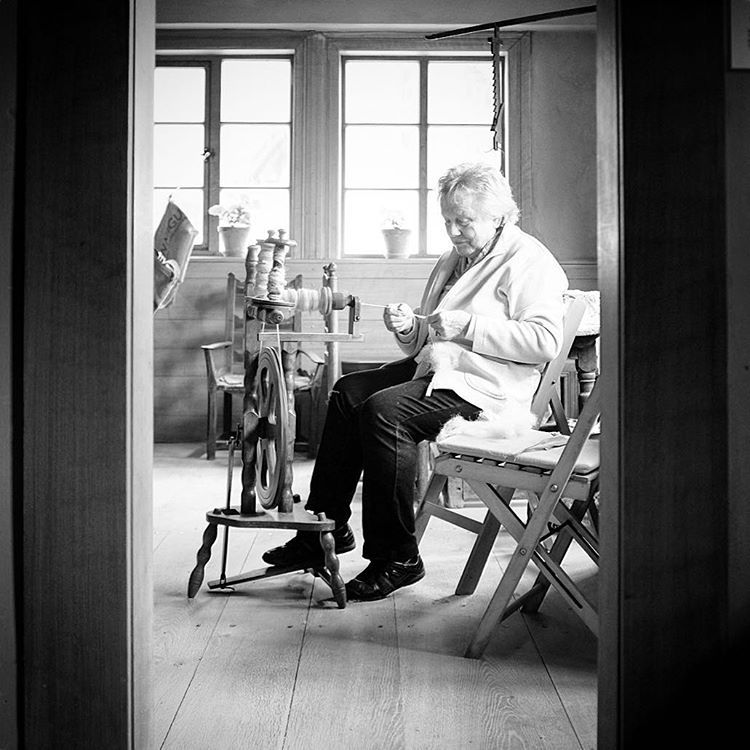 Bauernhausmuseum, Bielefeld. #photooftheday #onephotoaday #photography #fujix100t #bwphotography #blackandwhite #blackandwhitephotography #monochrome #people #peoplephotography #social #socialphotography #portraitphotography #historic #handcrafted #handcraft #whool #wolle #spinnen #spinnerin #bauernhof #handarbeit #bauernhausmuseumbielefeld (hier: Bielefelder Bauernhausmuseum)