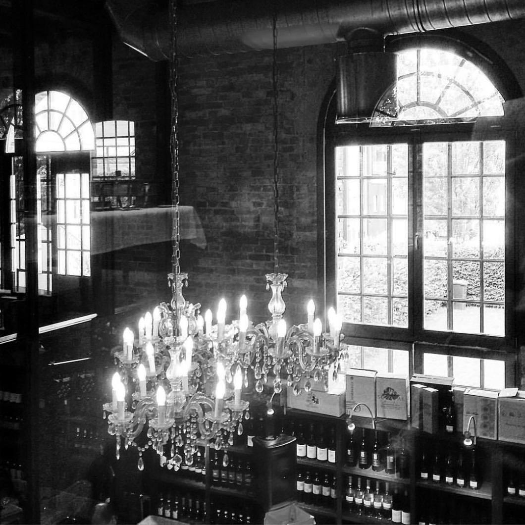 Abrahams Restaurant, Rheda-Wiedenbrück. #abrahamsrestaurant #rhedawiedenbrück #restaurant #style #architecture #architektur #architekturfotografie #architecturephotography #swfotografie #bwphotography #blackandwhite #blackandwhitephotography #monochrome #fabrik #industrie #kronleuchter #glam #glamour # (hier: Abrahams Restaurant)