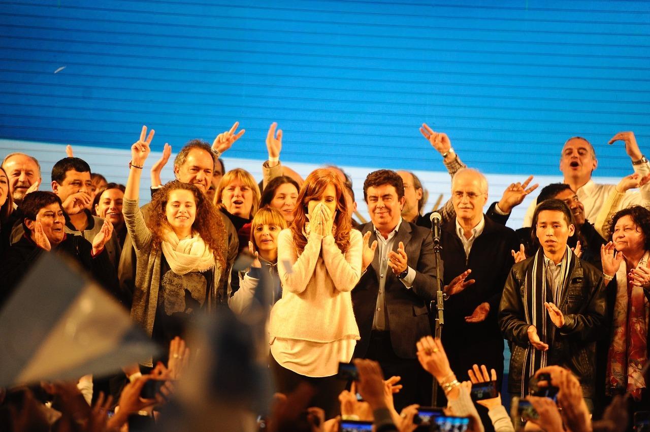 PASO 2017. Cristina Fernández de Kirchner candidata a senadora por Unidad Ciudadana saluda en la madrugada del lunes 14 de agosto a sus simpatizantes que la aguardaban en el gimnasio del club Arsenal. (Foto: Juan Manuel Foglia)