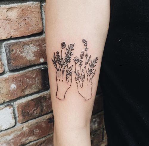 Tatouage mains et fleurs