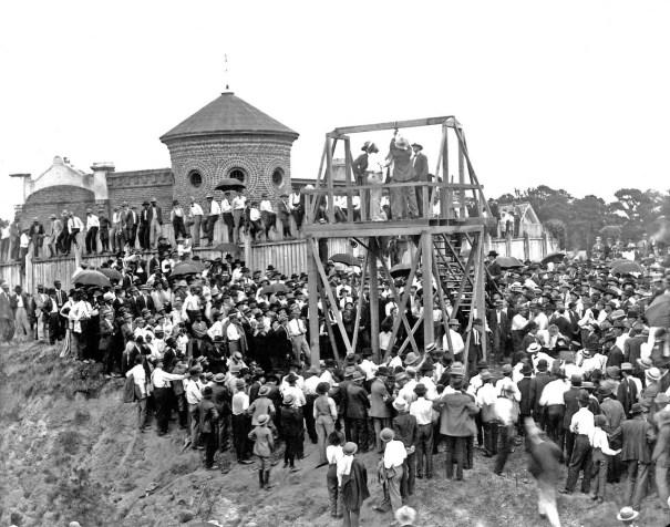 A public hanging in Mississippi, c 1900 x via reddit – History