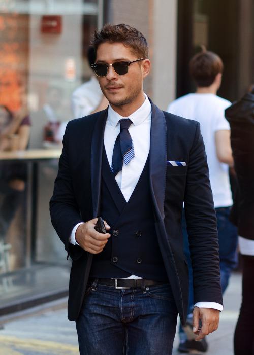 Shortcut.Get the look: Cravate fine et courte.