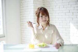 食事を摂る女性