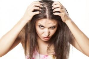 髪を触る怖い女