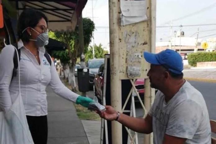 Entrega Corregidora de paquetes de cubrebocas con gel antibacterial a ciudadanos