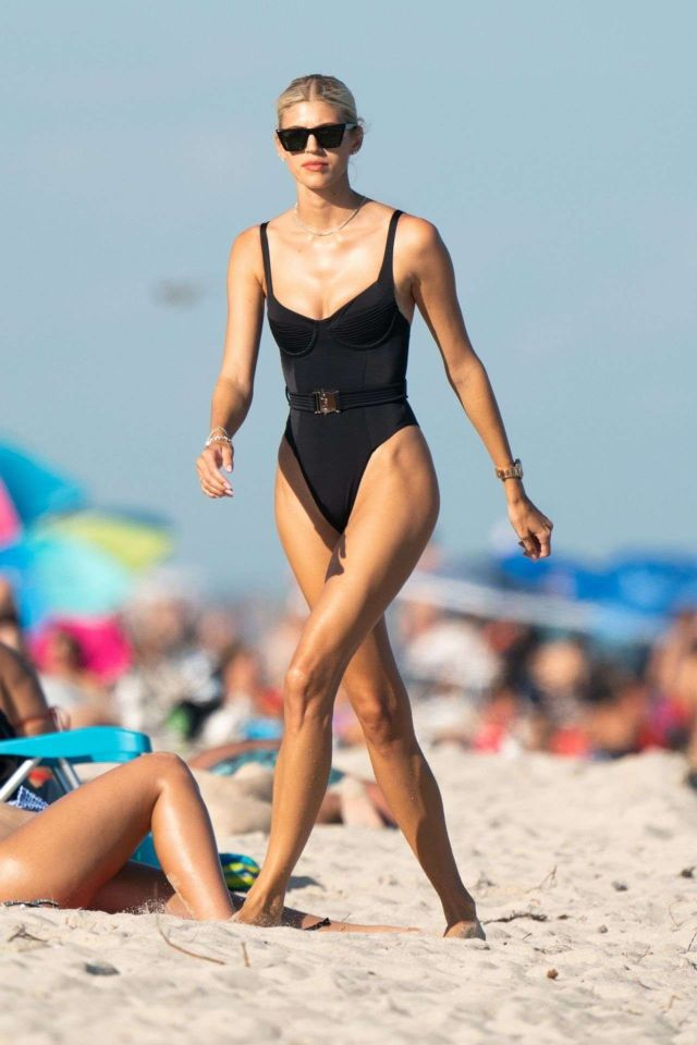 Devon Windsor Vacationing In A Swimsuit In Miami