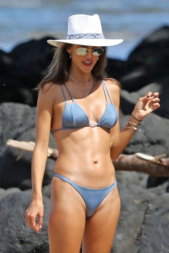 Alessandra Ambrosio Enjoys Her Holiday At The Beach In Hawaii Glamistan Com
