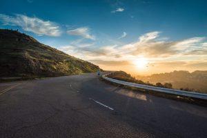 朝日に向かって走るランナーのイメージ画像
