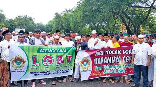 Anti-LGBT protesters, including the mayor, gathered on Nov. 18 in the West Sumatran capital of Padang. (Photo courtesday of Padang DPRD / Facebook via Coconuts Jakarta)