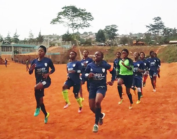 Stenie in the past: Training with her team, Intersport of Yaoundé.