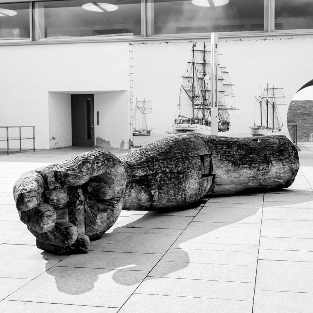 Skulptur, Bremerhaven 2017..#photooftheday #onephotoaday #photography #fujix100t #bwphotography #blackandwhite #blackandwhitephotography #monochrome #streetphotography #streetart #reportage #city #architecture #architektur #architecturephotography #architekturfotografie #bremerhaven #buildings #sculpture #skulptur #arm #hand kunstimraum #schifffahrtsmuseumbremerhaven #holz #wood (hier: Bremerhaven, Germany)