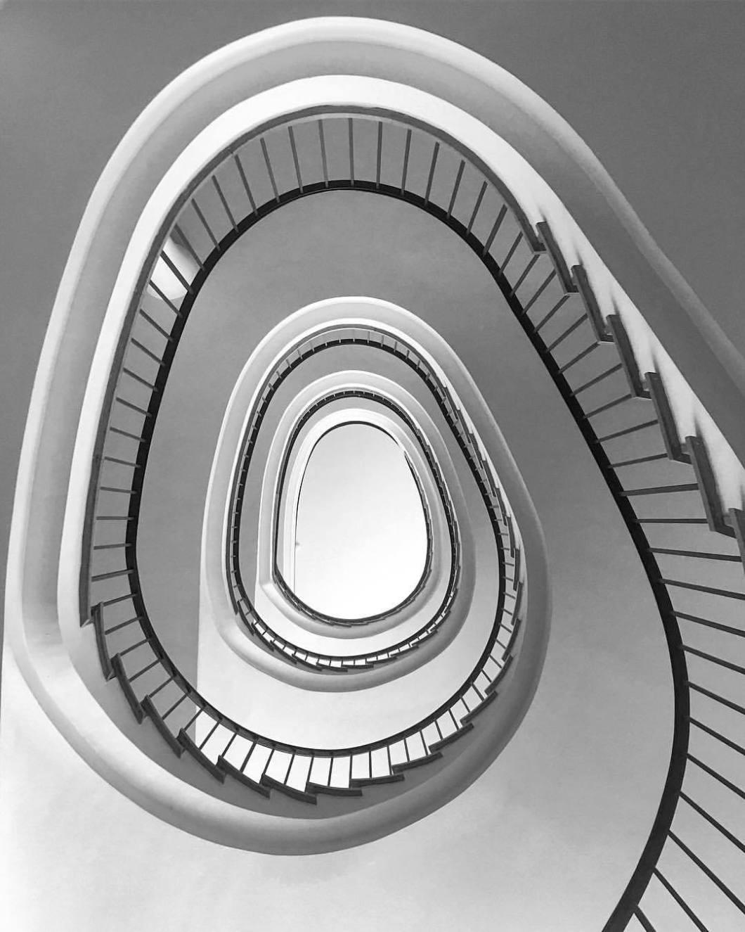 Stairway, Bielefeld 218..#photooftheday #onephotoaday #photography #photographerslife #iphoneonly #iphonography #iphonephotography #iphone6s #colorphotography #architecture #architektur #architekturfotografie #architecturephotography #reportagefotografie #streetlife #streetart #streetstyle #streetphotography #bielefeld #owl #teutoburgerwald #blackandwhite #blackandwhitephotography #monochrome #treppe #stairway #lookabove (hier: Bielefeld, Germany)