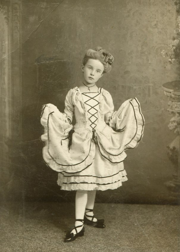 09c72081165073 Portrait of a little German girl, Hamburg, 1910. – History
