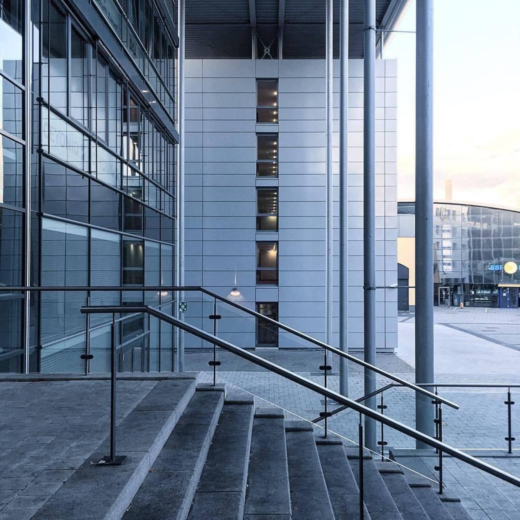 Bourlvard, Bielefeld, 2017..#photooftheday #onephotoaday #photography #photographerslife #iphoneonly #iphonography #iphonephotography #iphone6s #colorphotography #farbfotografie #architecture #architektur #architekturfotografie #architecturephotography #reportagefotografie #streetlife #streetart #streetstyle #streetphotography #bielefeld #owl #teutoburgerwald #blue #bielefeldboulevard #stairway #stairs #treppen #glass (hier: Bielefeld, Germany)