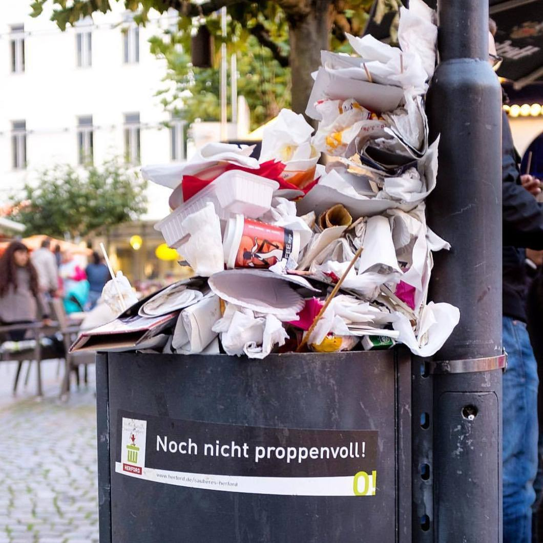 Proppenvoll. Herford, 2017..#photooftheday #onephotoaday #photography #iphoneonly #iphonography #iphone6s #iphonephotography #streetphotography #streetart #streetlife #streetstyle #reportage #reportagefotografie #reportagephotography #graffiti #graffitistyle #graffitiart #müll #trash #trashbin #mülltonne #garbage #art #notes #tags (hier: Herford, Germany)