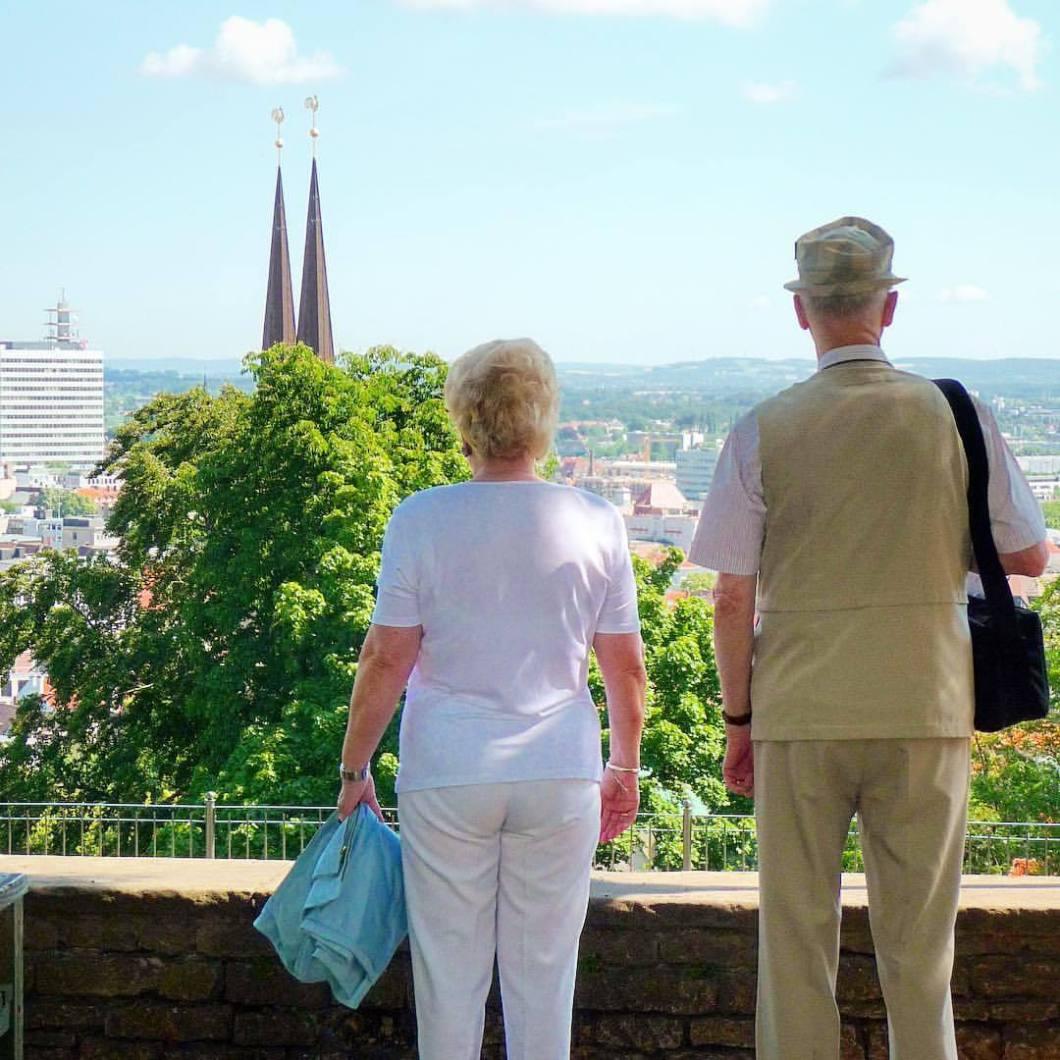 Gudrun & Hans, Bielefeld Twin Towers. .#photooftheday #onephotoaday #photography #people #peoplephotography #social #reportage #streetphotography #streetart #streetstyle #love #couple #paar #liebe #portrait #portraitphotography #fujix100t #colorphotography #colors #tourists #bielefeld #ostwestfalen #sparrenburg #teutoburgerwald #aussicht #liebefeld (hier: Sparrenburg Bielefeld)