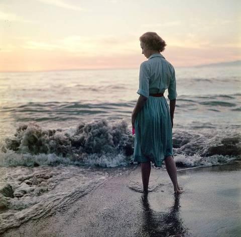 Le ragazze al crepuscolo scendendo in acqua, quando il mare svanisce, disteso. Nel bosco ogni foglia trasale, mentre emergono caute sulla sabbia e si siedono a riva. La schiuma fa i suoi giochi inquieti, lungo l'acqua remota. Le ragazze han paura...