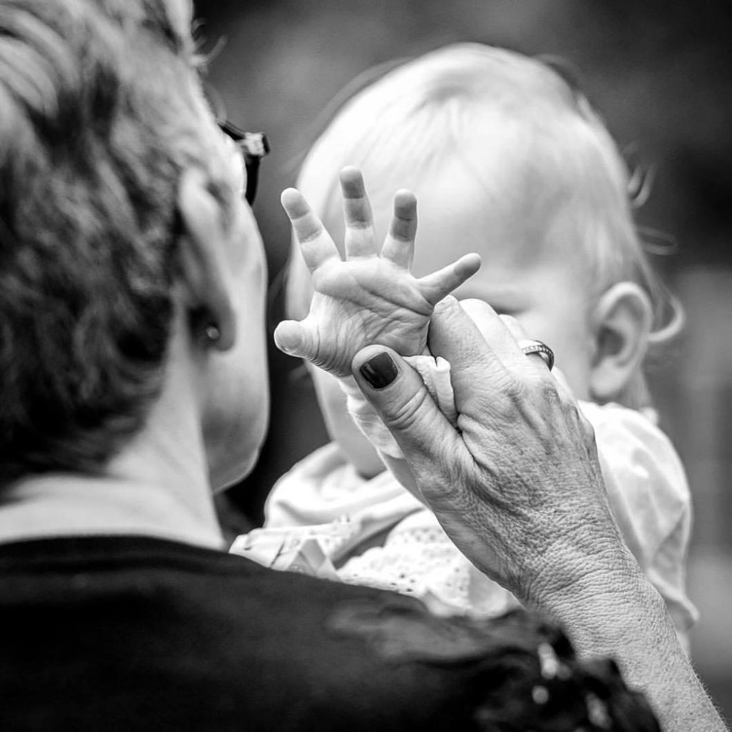 Loving hands. .#photooftheday #onephotoaday #photography #nikon #monochrome #swfotografie #blackandwhite #blackandwhitephotography #social #socialphotography #people #peoplephotography #portrait #streetphotography #streetstyle #generations #baby #babygirl #hands #handinhand #babygirl #granny #grandma #holdmyhand #love #family #highfive (hier: Bielefeld, Germany)