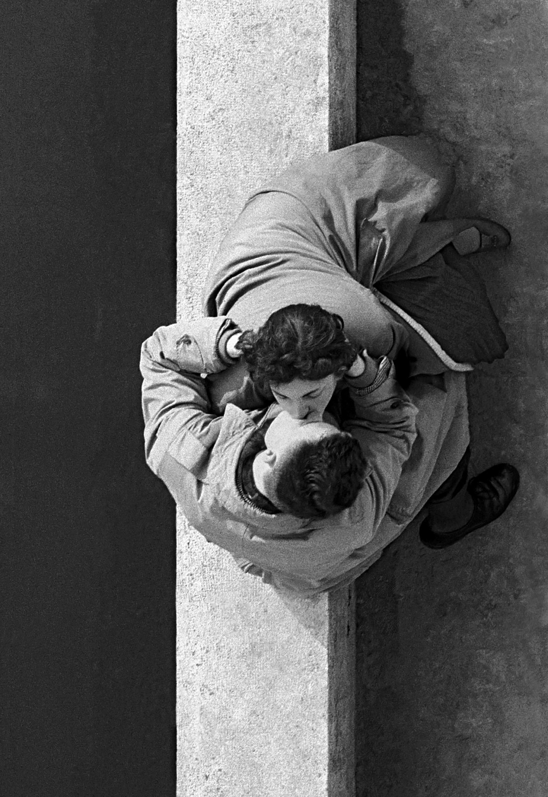 Les amoureux du Quai du Louvre, Paris, 1955, photo by Frank Horvat
