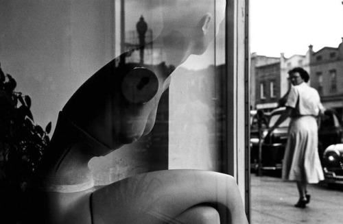 tumblr_p6h8xmBbXe1qz6f9yo1_500 Men look at women Women watch themselves being looked at Random