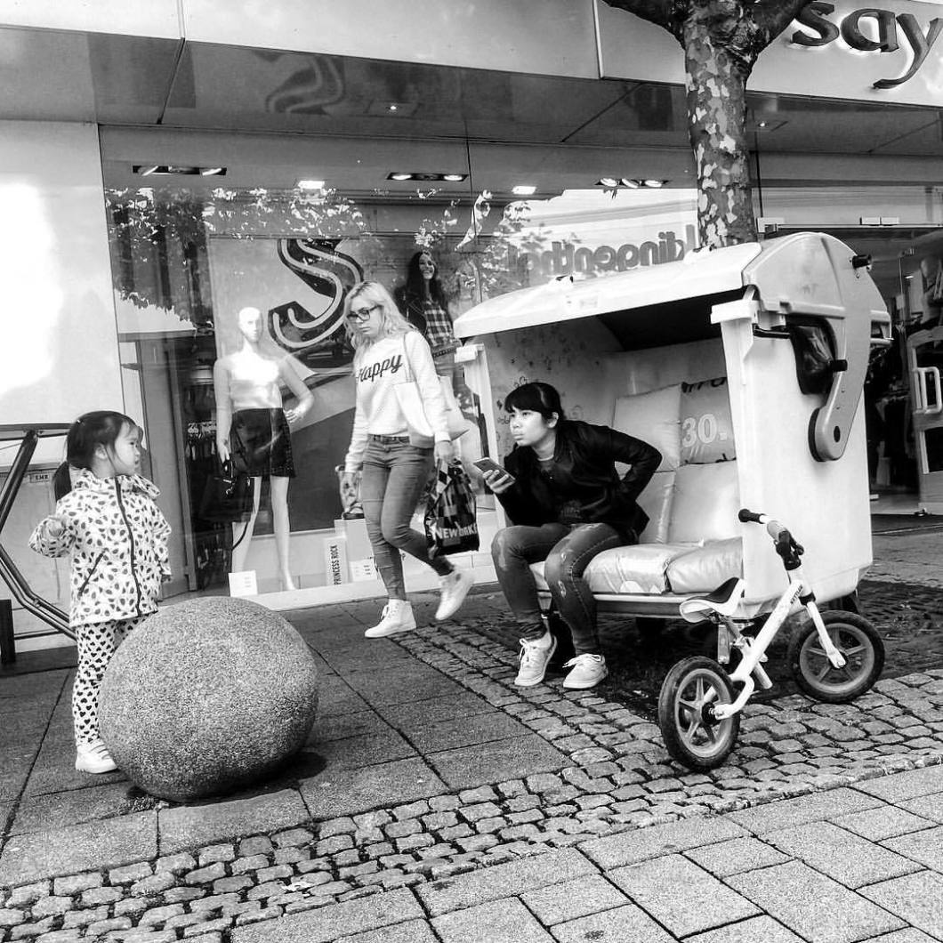 Herford, 2017..#onephotoaday #photooftheday #photography #iphone #iphonephotography #iphonography #iphoneonly #people #peoplephotography #portrait #portraitphotography #asia asian #asianpeople #chinese #china #herford #swfotografie #blackandwhite #blackandwhitephotography #monochrome #schwarzweiß #streetart #streetlife #streetstyle #streetphotography #architektur #architecture #architekturfotografie #architecturephotography #owl #trashbin (hier: Herford, Germany)