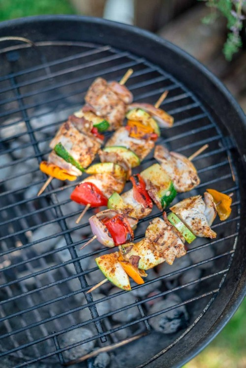 Back in the Garden Kitchen, putting some Pork and Veggie Skewers, seasoned with smoked paprika on the BBQ 😋