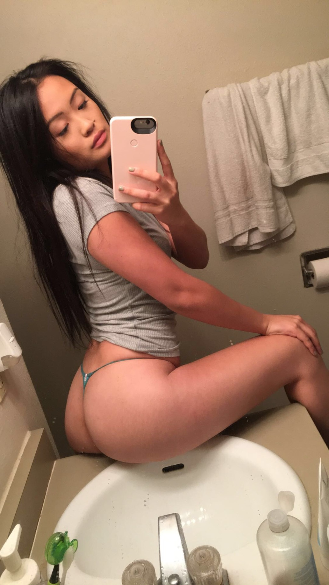 xnikki snapping sultry selfies in the sink