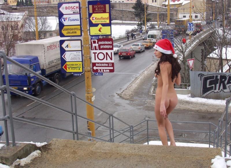 Nuda in pubblico per Natale /1