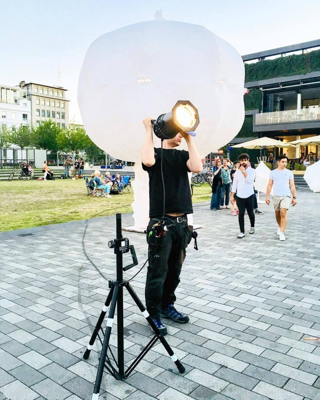 Theater auf dem Kesselbrink. Bielefeld, 2018..#photooftheday #onephotoaday #photography #iphonephotography #iphoneonly #iphonography #iphone6s #streetphotography #streetart #reportage #city #bielefeld #owl #teutoburgerwald #kesselbrink #theater #theaterbielefeld #openair #beleuchter #set #atwork #light #spotlight (hier: Kesselbrink)