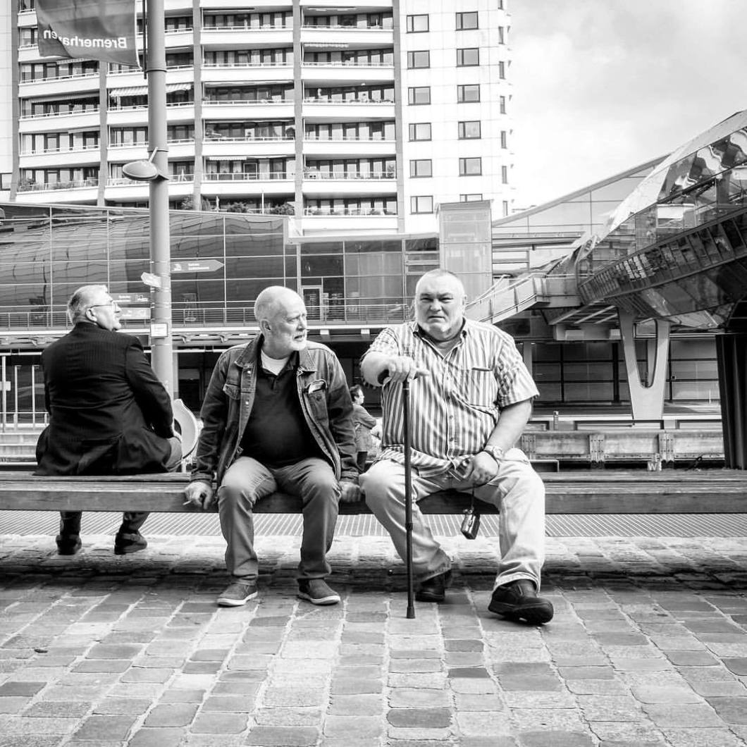 Bearded old men. Bremerhaven, 2017..#photooftheday #onephotoaday #photography #fujix100t #blackandwhite #blackandwhitephotography #bwphotography #swfotografie #blackandwhitephoto #monochrome #streetphotography #reportage #streetart #people #reportagephotography #peoplephotography #bremerhaven #men #waiting #oldmen #bank (hier: Bremerhaven, Germany)