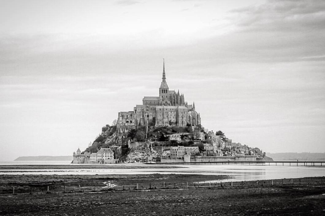 Mont Saint Michel, Normandie 2018..#photooftheday #onephotoaday #photography #architecture #architektur #architecturephotography #culture #unesco #weltkulturerbe #montsaintmichel #montstmichel #stmichel #saintmichel #bretagne #brittany #france #normandie #monks #abbey #bwphotography #blackandwhite #blackandwhitephotography #monochrome (hier: Mont Saint-Michel)