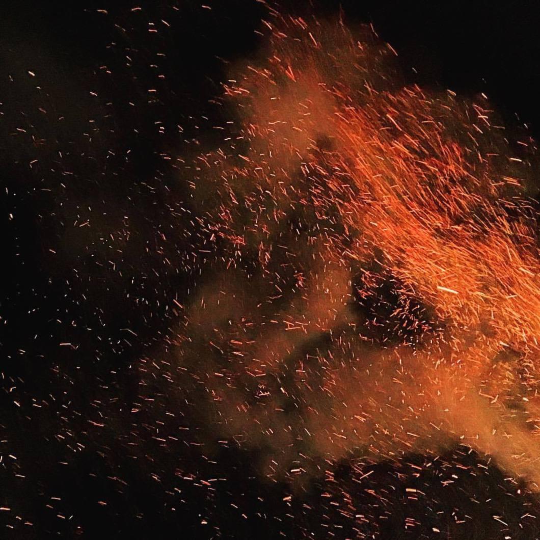 Feuerfest in Rietberg, 2018. .#photooftheday #iphonography #iphonephotography #iphoneonly #iphone6s #photography #colorphotography #landscape #landscapephotography #nature #Bielefeld #ostwestfalen #mystic #mysticphotography #fire #feuer #funken #night #fireworks #rietberg #feuerfestrietberg #feu #lagerfeuer (hier: Rietberg, Germany)
