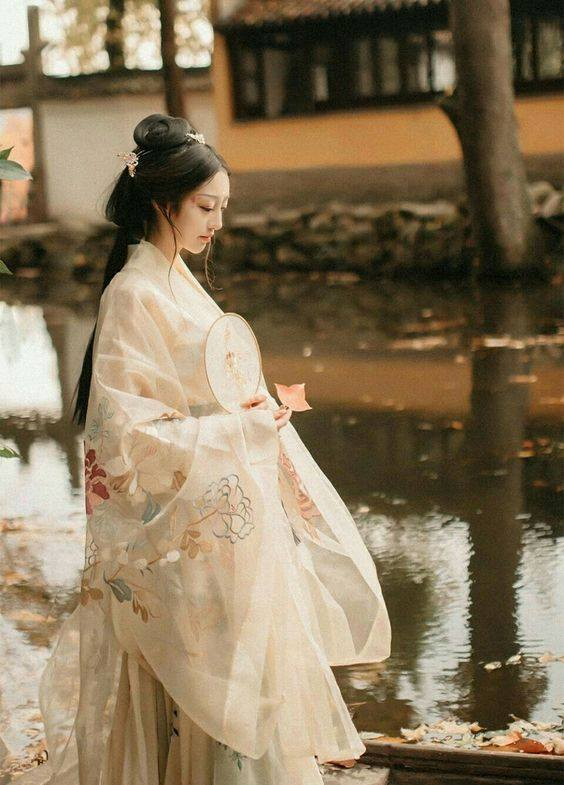 34639c45f2 Traditional Chinese Hanfu – Type  Waist-high Ruqun 襦裙 and Daxiushan 大袖衫  (large-sleeve robe). This Daxiushan with embroidered flowers is absolutely  ...