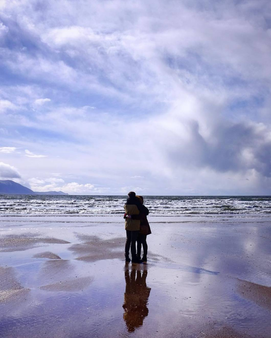 Blue sands. Ireland, 2018..#photooftheday #onephotoaday #photography #fujix100t #beach #ireland #eire #free #freedom #sea #ocean #seaside #bluesand #love #couple #clouds #sun #kerry #portmagee (hier: Kerry, Ireland)