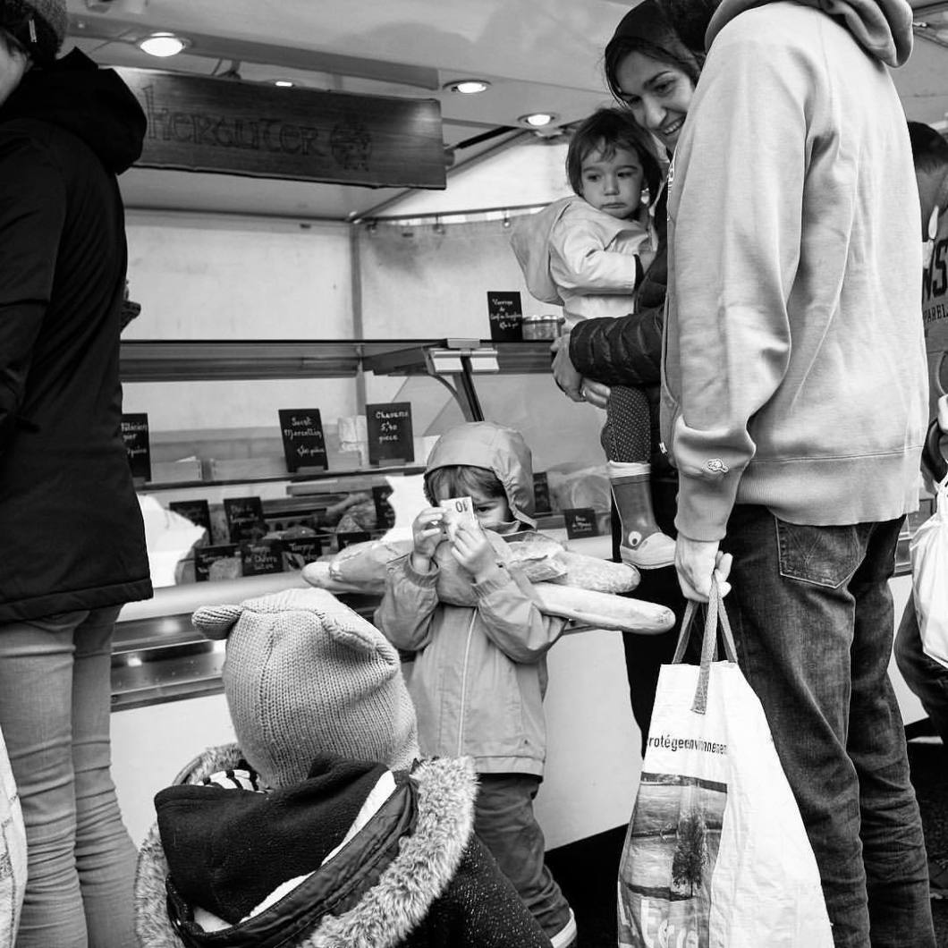 Rich kid, Bretagne 2018..#photooftheday #onephotoaday #photography #blackandwhite #blackandwhitephotography #bwphotography #swfotografie #blackandwhitephoto #monochrome #streetphotography #reportage #streetart #people #fujix100t #peoplephotography #schoolboy #boy #boys #girl #bretagne #guidel #britanny #market #money #richkid #cash #baguette #girlsloveme (hier: Guidel)