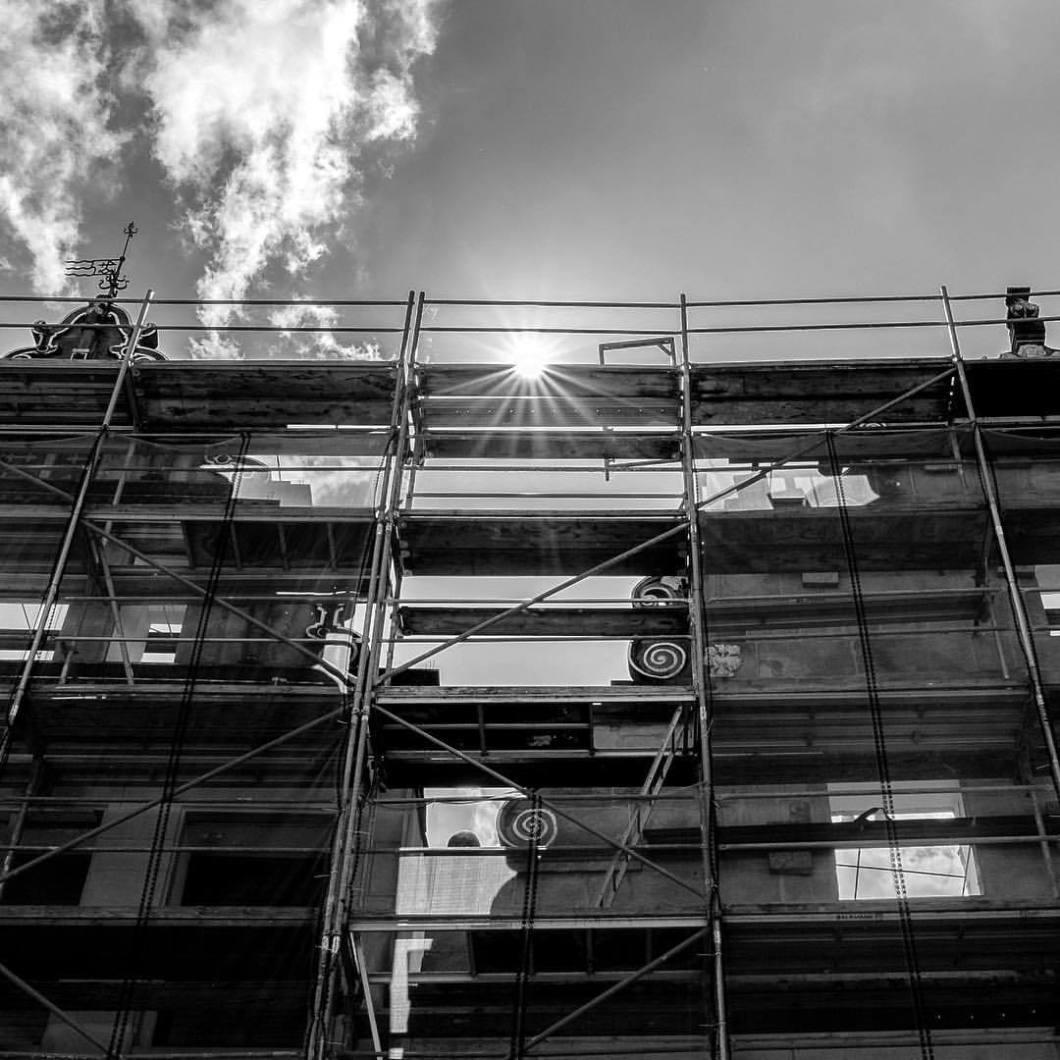 Bankhaus Lampe, Bielefeld 2017..#photooftheday #onephotoaday #photography #photographerslife #iphoneonly #iphonography #iphonephotography #iphone6s #bwphotography #blackandwhite #swfotografie #monochrome #schwarzweiss #architecture #architektur #architekturfotografie #architecturephotography #reportagefotografie #streetlife #streetart #streetstyle #streetphotography #bielefeld #owl #teutoburgerwald #altstadtbielefeld #bankhauslampe #city #sun #underconstruction (hier: Bielefeld, Germany)