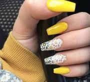 daisy acrylic nails